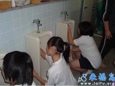 我们学校的男厕便池清理工作是女孩子负责的