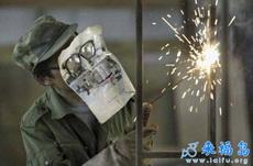 電焊工的頭盔壞了,其實用這個也是一樣的嘛