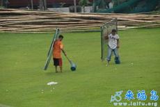 高尔夫练习场的球童是要做好防护措施的
