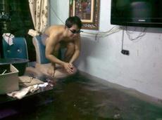 家里进水了,正好来个蛙泳