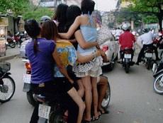 美女们,坐我的车吧!