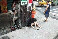 城里人真浪费这么新的充气娃娃也扔