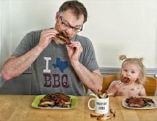 以后吃饭要像爸爸这样有绅士风度