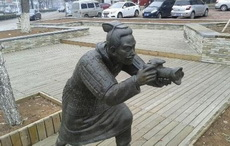 这年头连雕塑都玩穿越
