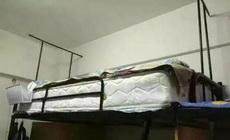 上鋪的同學嫌床太硬,于是就