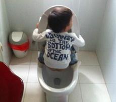 孩子是谁教给你这样上厕所的