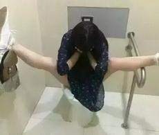 妹子上厕所的方式略叼