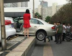 女司机表示这样停车更节省停车位