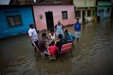 遇到水灾了也不忘打麻将