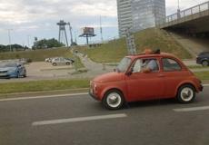 還好哥的車有天窗,不然就真坐不下了