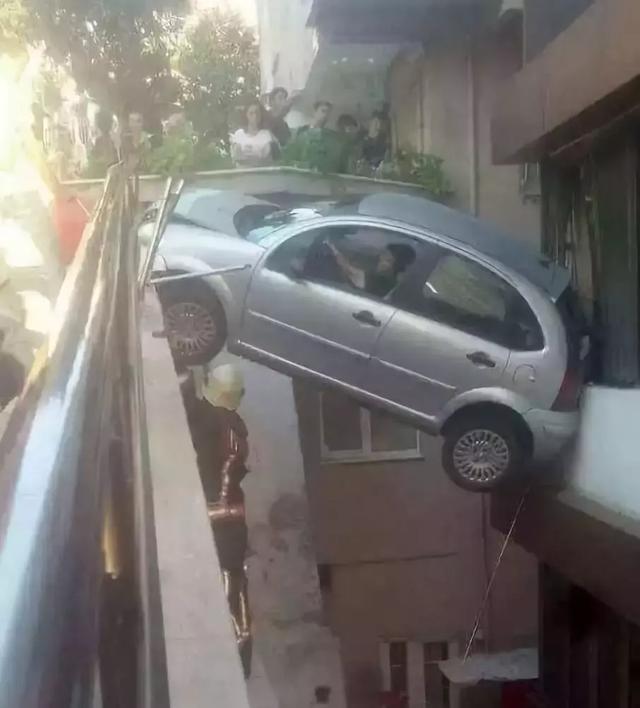 这技术开车不行去变魔术吧[搞笑交通]