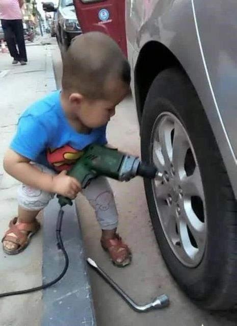 这么小就会修车!