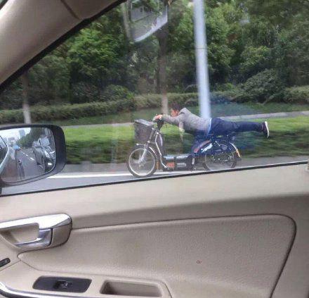 开车遇见一个电瓶车的牛人,要起飞的感觉